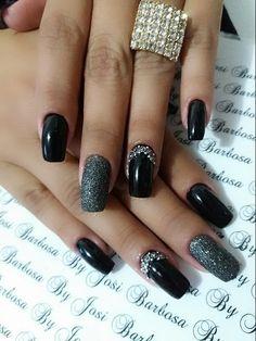 O esmalte preto combina com quase todos os tipos de roupas, produções e makes, sendo presença obrigatória na necèssaire das amantes do esmalte. Porém, há dias em que dá vontade de apostar em diferentes tipos de acabamento para o preto, de maneira a acrescentar uma dose de glamour e sofisticação. Se você está sem Manicure And Pedicure, Long Nails, Nail Care, Acrylic Nails, Finger, Nail Designs, Hair Beauty, Make Up, Glamour
