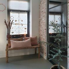Binnenkijken bij marjoleinbouhuijzen Entryway Bench, Oversized Mirror, Inspireren, Lounge, Couch, Furniture, Home Decor, Scrapbook, Instagram