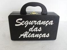 """MALETA """" SEGURANÇA DAS ALIANÇAS""""  Essa da foto está no plurala a pedido da noiva.  Esse preço é referente a essa maleta com esse escrito, caso queira colocar as iniciais veja nesse link:  http://www.elo7.com.br/maleta-pajem-porta-aliancas/dp/5899A4  ou o nome da criança, veja nesse link:  http://..."""