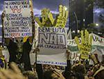 Manifestantes exibem cartazes no quinto protesto contra o aumento das tarifas do transporte público na capital paulista