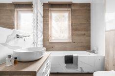 Architekci wnętrz udowadniają, że mała łazienka nie wyklucza wanny. Wystarczy dobre rozplanowanie przestrzeni, odpowiednio dobrane produkty i kreatywność - wtedy mała łazienka z wanną nie stanowi żadnego problemu. Bathroom Blinds, Bathroom Interior, Master Bathroom, Bathroom Inspiration, Bathtub, House Design, Curtains, Furniture, Home Decor