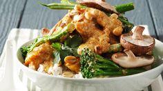 Traumhaftes Erdnuss-Kokoscurry: Curry mit Shiitake, Broccoli, Erdnüssen und Geflügelfleisch   http://eatsmarter.de/rezepte/curry-mit-shiitake-broccoli-erdnuessen-und-gefluegelfleisch