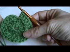 Learn how to crochet a seamless crochet round with Lorene of Crochet. Perfect for hats worked in the round and for changing colors in crochet rounds. Crochet Circles, Crochet Round, Single Crochet, Double Crochet, Crochet Gratis, Diy Crochet, Crochet Basics, Crochet For Beginners, Crochet Designs