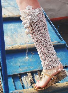 Leg warmers :) I'm just going to ignore the sandals. Crochet Socks Pattern, Crochet Boot Cuffs, Crochet Boots, Crochet Slippers, Crochet Stitches, Knit Crochet, Crochet Patterns, Tatting Lace, Leggings