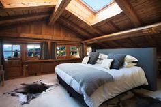 Fenêtre de toit dans un chalet