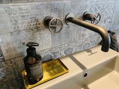 Ist das eine coole Armatur oder ist das eine coole Armatur?   Gefunden bei den Referenzen der Firma Marmobisa. Umgesetzt in den Hotelzimmern eines Hotels in Murten.   Die Badausstattung mit modernen Armaturen und tollen Accesoires runden das Gesamtbild ab.   Lass auch Du dich inspirieren - Dein bautrends.ch - Inspirationsteam . . #bad #armatur #hotel #hotelzimmer #badidee #badausstattung #individuell #marmobisa #bautrends #bautrendsch #bautrends_ch