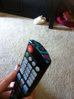 Easy prank put some tape over the sensor of the tv remote wait for the victim to turn on the tv funny u see them struggling April Fools Day Jokes, April Fools Pranks, Good Pranks, Funny Pranks, Pranks Ideas, Tv Funny, Stupid Funny, Prank On Mom, House Pranks
