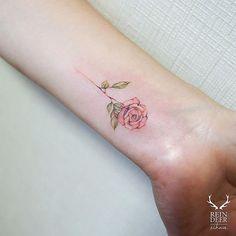 Pin for Later: 30 schicke, kleine Tattoos für euer Handgelenk Tattoo-Ideen für das Armgelenk