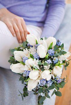 Bouquet de tulipes, narcisses, muscaris et eucalyptus !  ©Virginie Perocheau