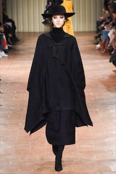 Guarda la sfilata di moda Alberta Ferretti a Milano e scopri la collezione di abiti e accessori per la stagione Collezioni Autunno Inverno 2017-18.
