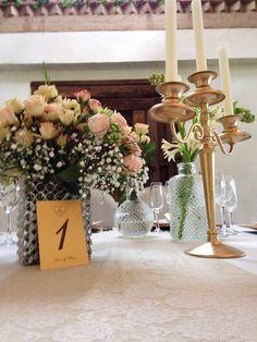 Decoracion de las mesas con varios elementos muy románticos