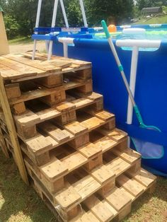 Wooden Pallet Furniture Stacked Pallet Steps for Swimming Pool - 50 DIY Pallet Ideas That Can Improve Your Home Pallet Pool, Pallet Decking, Pallet Stairs, Pallet Couch, Pallet Boards, Outdoor Pallet, Wooden Pallet Furniture, Wooden Pallets, Furniture Ideas