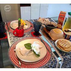 El domingo es para comer rico y disfrutar con la gente querida❤️ aquí un desayuno para 2 con todos los detalles de @kotoperiz los caminos de mesa vean como  combinan con todo!!! Feliz noche y a descansar que mañana es lunesssssssss!! las maticas de @gardeninvzla se ven siempre bellas con @kotoperiz  #madeinvenezuela #talentonacional #untoquedistintoentumesa #detalles #flores #servilletasdetela #tumesaseraunica#homedecor #decor#tabledecor#tableware #home#receberbe #tableaetting...