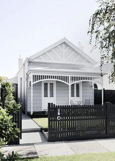 25 gorgeous modern farmhouse front yard landscaping ideas 9 – Alternative Home House Paint Exterior, Exterior House Colors, Exterior Design, Bungalow Exterior, Bungalow Homes, Farmhouse Front, Modern Farmhouse, Farmhouse Style, Lemy Beauty