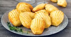 Goat cheese and thyme madeleines Sin Gluten, Tapas, Buffet, Cooking Chef, Hors D'oeuvres, Baked Potato, Entrees, Food And Drink, Recipes