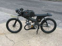 Simple, good-looking 50cc (guessing there) cafe racer.