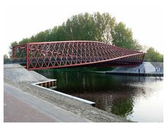 Brug over de Vlaardingse Vaart. Creatie van architectenbureau West 8. Originele naam: Twist, maar in de volksmond Wokkel.