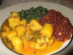 East African Delicacy- Matoke (green bananas) Today I share a meal that in many ways is a delicacy to us guys in East Africa. Matoke, cooked green bananas and bean stew. Matoke Recipe 8 Green bananas (peeled and cubed) Onion 3 Tomatoes Coriand… Ugandan Food, Banana Curry, West African Food, Gula, Asian Kitchen, Green Banana, Bean Stew, Banana Recipes, Recipes