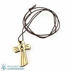 Croce in legno chiaro per Prima Comunione con immagine del calice . Ideale come ricordino della Prima Comunione. Corredata di cordino scuro.   Misure: 4 x 2,5 cm