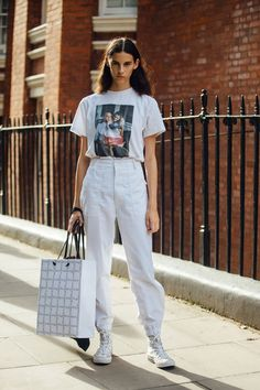 what the models are wearing off-duty during London Fashion Week! – Of The Minute Street Look, Looks Street Style, Model Street Style, Urban Street Style, Street Style Summer, Casual Street Style, Urban Street Wear, Sneakers Fashion Outfits, Outfits With Converse