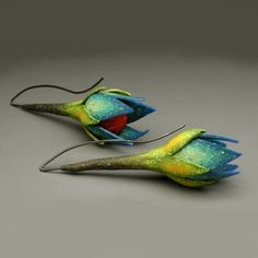 Kathleen Dustin is a talented designer from New Hampshire. She majored in mathematics but eventually gave herself to the art of working with clay and precious metals. Kathleen Dustin also makes exquisite evening bags in addition to jewelry.