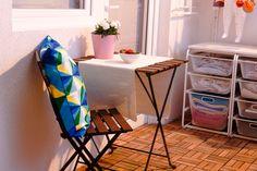 Când iese soarele, ȋn doi timpi și trei mișcări instalezi pe balcon masa și scaunele pliabile TARNO și savurezi  micul dejun afară, cu cei dragi din casă. Studio Living, Apartment Balconies, Magazine Rack, Ikea, Balcony Ideas, Cabinet, Storage, Modern, Decor Ideas