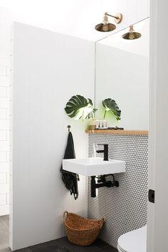 Kleines Gäste-WC mit weißem Knopfmosaik, rundem Mosaik, modernes Gäste-WC … - kleines badezimmer Petite toilette d Bad Inspiration, Bathroom Inspiration, Bathroom Ideas, Bathroom Stuff, Bath Ideas, Bathroom Designs, Modern Powder Rooms, Small Powder Rooms, Black Powder Room
