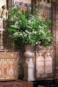 Church Wedding Flowers, Vintage Wedding Flowers, Garland Wedding, Floral Wedding, Large Flower Arrangements, Wedding Arrangements, Vases, Flower Installation, Special Flowers