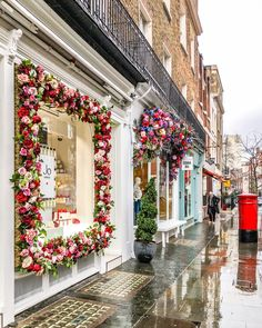 London is beautiful even in the rain. This city might not have the bluest skies, but the colors in the streets more than make up for it.…