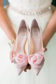 hochzeitsschuhe pink Gorgeous Pink Pumps for Bride - Wedding Shoes - Pink Wedding Ideas {Gloria Mesa Photography} Silver Wedding Shoes, Wedge Wedding Shoes, Bridal Wedding Shoes, Wedge Shoes, Flat Shoes, Wedding Bride, Vintage Wedding Shoes, Cinderella Wedding, Casual Wedding