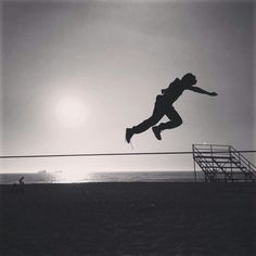 Quem disse que não podemos voar? @marcianito_slacklife #slackclick #slackline #trickline #wecanfly #slacklining #vinadelmar