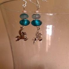 Boucles d'oreilles en argent 925, avec perle nacré blanche, perle agate bleu, perle murano bleu et breloque pégasse