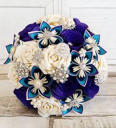 Rosas de papel ramo de flores de origami kusudama pavo real tema morado teal verde pluma azul marfil vintage broche perla cristal yute theme
