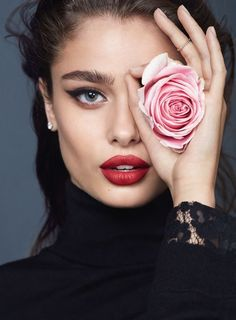 Ideas Flowers In Hair Photoshoot Beauty Creative Portrait Photography, Girl Photography Poses, Kreative Portraits, Parfum Rose, Photographie Portrait Inspiration, Beauty Makeup Photography, Taylor Hill, Beauty Shoot, Hair Beauty