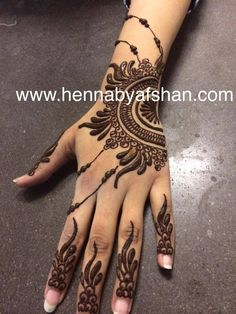 This simple mehndi design is perfect for bridesmaids (have them match mehndi designs) or for your guests. Henna Tatoos, Henna Ink, Henna Body Art, Mehndi Tattoo, Henna Tattoo Designs, Mehandi Designs, Henna Mehndi, Hena Designs, Indian Henna