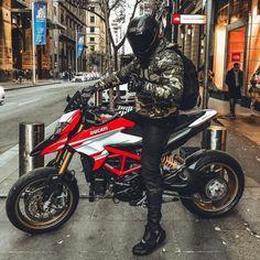 The indestructible master of war. ➖➖➖➖➖➖➖➖➖➖➖➖➖ ➖➖➖➖➖➖➖➖➖➖➖➖➖ Check out off AGV, Shoei, ARAI, HJC, Nolan and more… Moto Bike, Cafe Racer Motorcycle, Motorcycle Helmets, Cafe Racing, Motocicleta Ducati Hypermotard, Ducati Multistrada, Cbx 250, Yzf R125, Ride Out