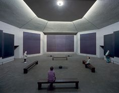 Bezoekers met mogelijk een meditatieve ervaring bij het bezoeken van het werk van Mark Rothko.