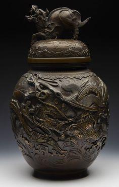 FINE QUALITY ANTIQUE JAPANESE MEIJI LIDDED BRONZE VASE WITH DRAGONS 1868-1912