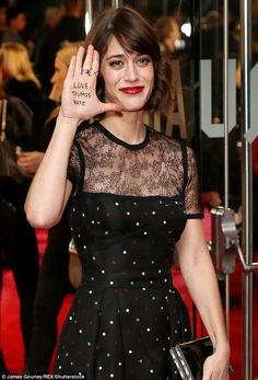 Standing out: Lizzy Caplan, made a political statement by writing 'Love Trumps Hate' on her hand for the London premiere of her new film Allied on Monday Mean Girls, Pin Up Girls, Most Beautiful Women, Beautiful People, Charlize Theron Hair, Virginia Johnson, Classic Beauty, Classic Tv, Long Faces