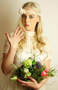 Braut haarband frisur  Haarband mit Blüte #haarband #blüte #blütenclip #haarspange ...