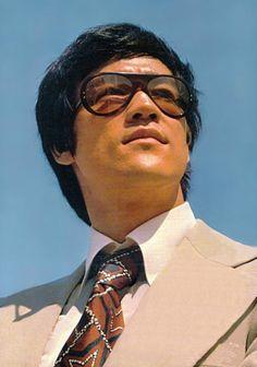 Après le succès de Big Boss et La Fureur de Vaincre, les stars de la Golden Harvest, Bruce Lee, Nora Miao, et Maria Yi, inaugurent un bâteau...
