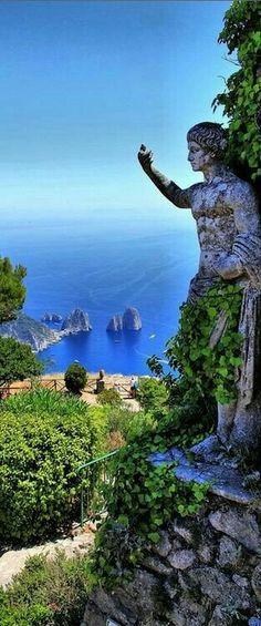 Capri,regina di rocce,….. …..Vi sbarcai in inverno. La veste di zaffiro custodiva ai suoi piedi: e nuda sorgeva in vapori di cattedrale marina. …..Sulla ri…