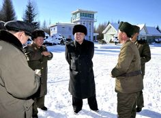 Les+dictateurs+en+exercice. En Corée du Nord, Kim Jong-un est proclamé Commandant suprême à la mort de son père, Kim Jong-il, en 2011. Il continue à gouverner le pays comme son père avec un culte de la personnalité poussé à l'extrême. La propagande reste monnaie courante dans ce pays. En 2013, à la suite d'exercices militaires communs entre les Etats-Unis, le Japon et la Corée du Sud, il les menace de guerre nucléaire. En octobre 2013, il fait fusiller son ex-petite amie.