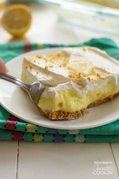 Lemon cheesecake pudding dessert is a no-bake dream! Graham crackers, lemon pudding, cream cheese and whipped topping combine in this layered lemon dessert!(Lemon No Bake Cheesecake) Lemon Desserts, Lemon Recipes, Köstliche Desserts, Delicious Desserts, Dessert Recipes, Cake Recipes, Banana Pudding Poke Cake, Cheesecake Pudding, Lemon Cheesecake No Bake