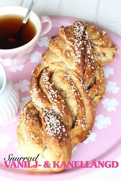 En maffig och snygg vetelängd med en smarrig vanilj- och kanelfyllning. Swedish Recipes, Sweet Recipes, Bread Recipes, Cooking Recipes, Grandma Cookies, Just Bake, Bread Bun, Piece Of Cakes, Afternoon Snacks