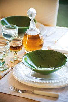 Bol verde de Zara Home. Individuales, platos de cristal y cubiertos de Velafusta