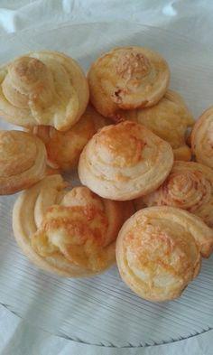 Mini sajtos csiga Snack Recipes, Snacks, Minion, Muffin, Keto, Food, Bread Baking, Tapas Food, Appetizer Recipes
