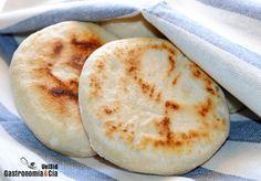 El Batbout es un tipo de pan marroquí muy similar al pan pita, hay muchos panes similares que tienen algunas características que les aportan matices diferentes. Es un tema interesante a la vez que complicado, pues hay variaciones que se dan en familias, en regiones… Esta receta de Batbout, también conocido como matlouh es la más sencilla.Este pan es muy fácil y rápido de hacer, no es necesario ni encender el horno, pues se puede hacer en una plancha o sartén, como los muffins ingleses. Panes… Pan Bread, Bread Cake, Bread Baking, Crepes And Waffles, Salty Foods, Arabic Food, Diy Food, Food Inspiration, Bread Recipes