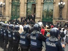 Se enfrentan policías y manifestantes frente a la ALDF