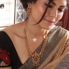 Buy the best Necklace Set Indian Jewelry online from the top Necklace Set manufacturer. Shop Kanti Antique Necklace Set online from the top brand for the best traditional and classy looks. Bijoux Design, Gold Jewellery Design, Schmuck Design, Silver Jewellery, Silver Ring, Jewellery Shops, Temple Jewellery, Handmade Jewellery, Quartz Jewelry